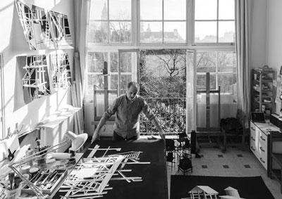 Javier Riaño en su estudio de París.